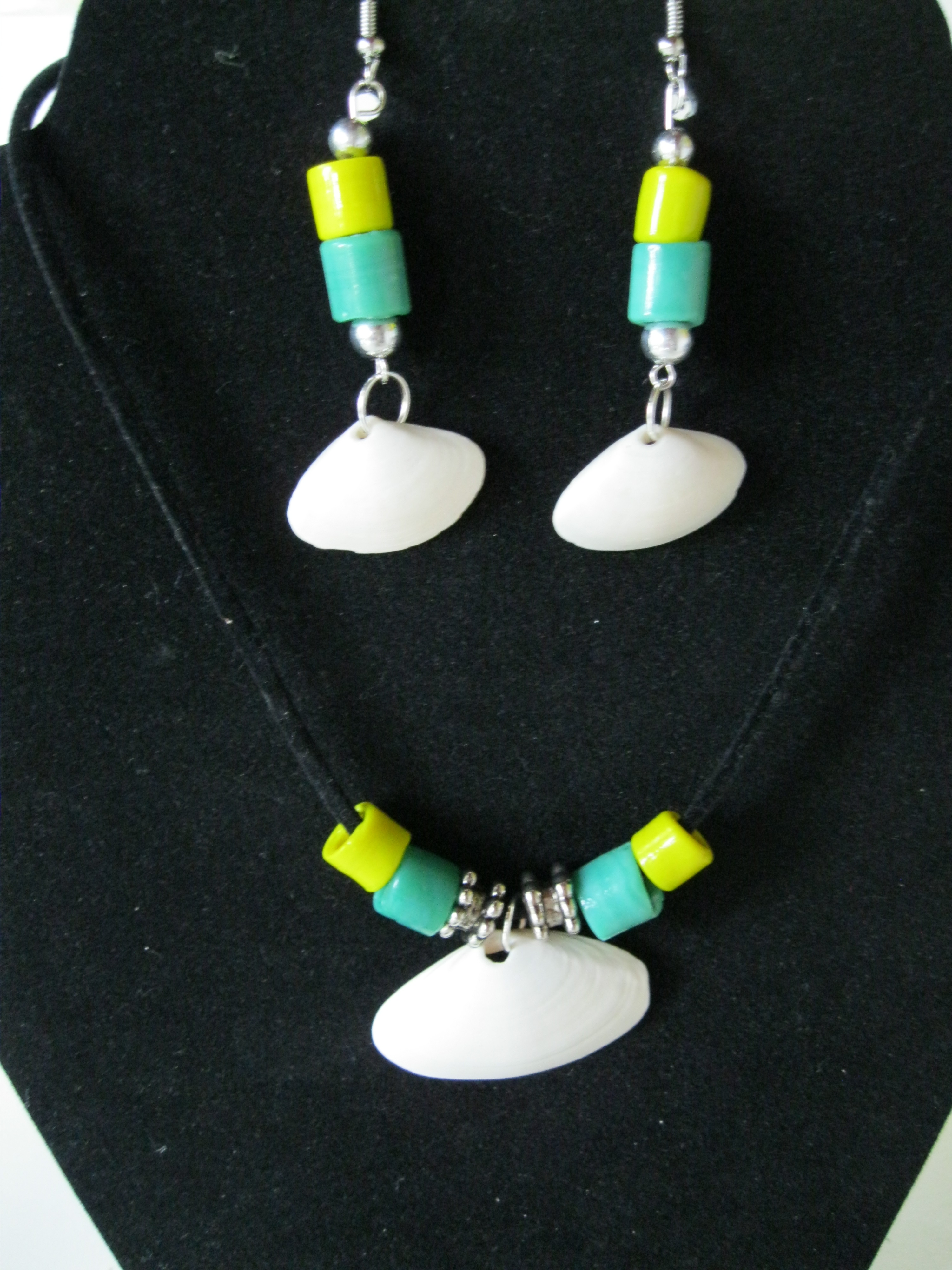 Green-and-Yellow-Glass-Beads-with-Delicate-Shell-Set