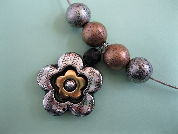 Retro-Silver-&-Gold-Flower-Necklace