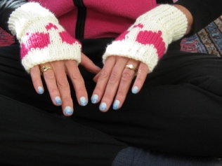 HEART BOOT CUFFS AND FINGERLESS MITTENS (1)