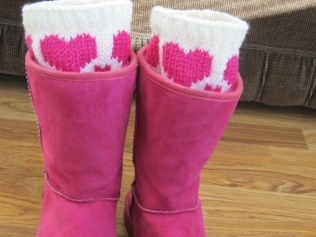 HEART BOOT CUFFS AND FINGERLESS MITTENS (7)